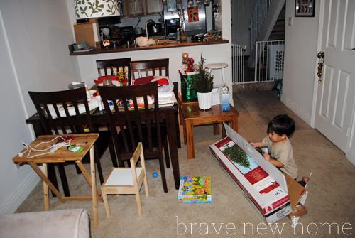 anak_unpacking_christmas_decorations